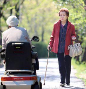 シニアカーを「いいなぁ」って眺める高齢者