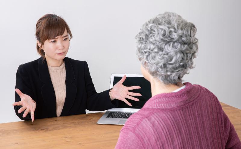 高齢者を説得する女性